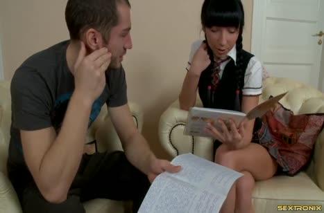 Молодую студентку отвлекли от занятий аналом