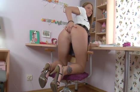 Блондиночку чпокают в узкую задницу прямо на стуле