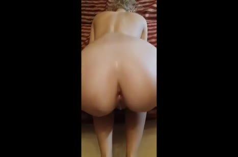 Блондинка позирует от первого лица и трахается в задницу