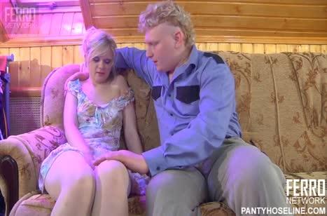 Беловолосую русскую девку ухажер жестко затрахал на диване
