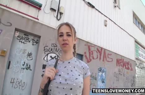 Иностранец трахает русскую блондинку прямо на улице