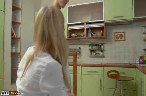Русская блондиночка охотно встает раком перед бойфрендом
