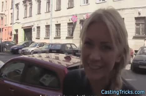 Телочку с улицы легко развели на порно кастинг
