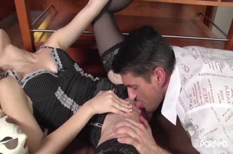 Секси блондинка в чулках запросто раздвигает ноги