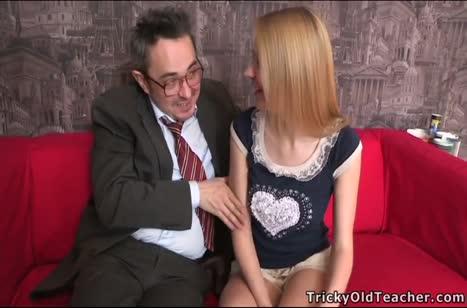 Взрослый развратник охмуряет красивую русскую блондинку