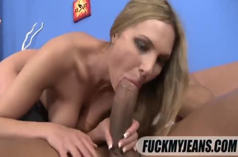 Классной попке блондинке достался большой пенис