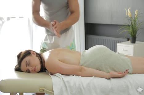 Масляное тело брюнетки завело стояк массажиста