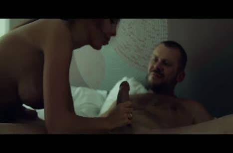 Жену с большими сиськами муж жестко пялит в постели