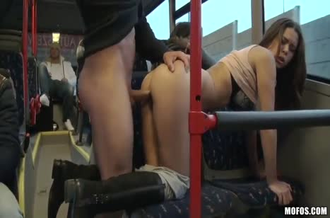 Сисястую русскую телку мужик прет прямо в автобусе