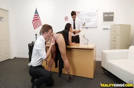 Опасную преступницу копы оттрахали прямо в кабинете