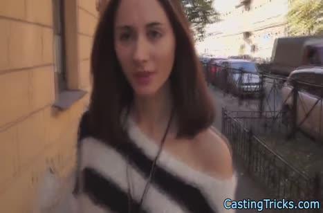 Русская брюнетка не скромничает на порно кастинге