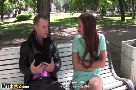 Симпатичную русскую брюнетку парень ловко развел в парке