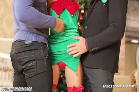 Похотливая чика в новогоднем наряде испытала жесткую групповуху