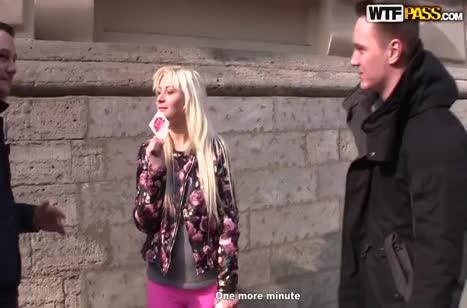 Парни ловко развели блондинку на двойное порно