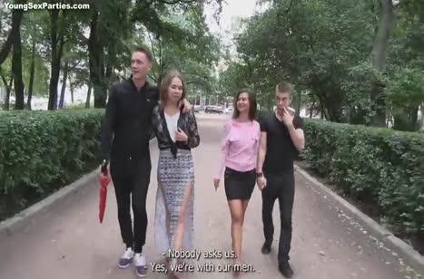 Молодые парочки после улицы устроили групповой перепихон
