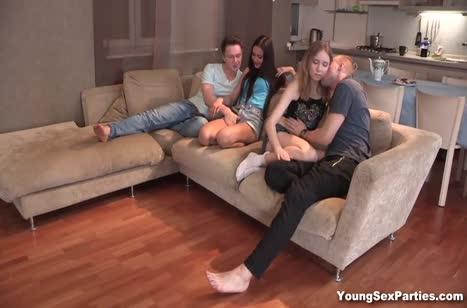 Телочки с парнями после фильма решили потрахаться
