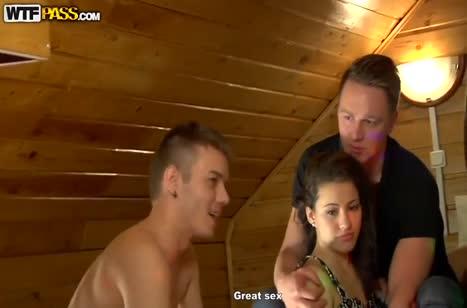 Красивые русские девушки снимают групповуху на чердаке