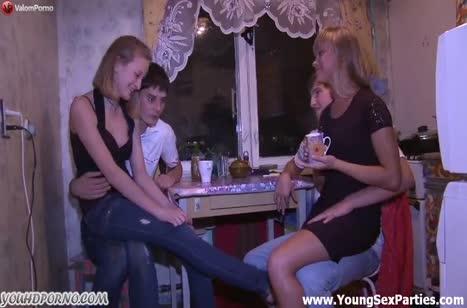 Чуваки с молодыми подругами снимают групповуху