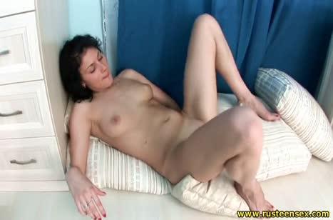 Чика медленно раздевается и играет со своей вагинкой