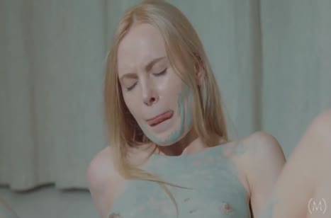 Блондинка нежно ласкает себя и теребит писечку