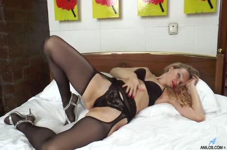 Классная блондинка в чулках активно тыкает пальцем в писю