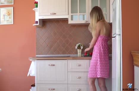 Деваха быстро раздевается и теребит вагинку на кухне