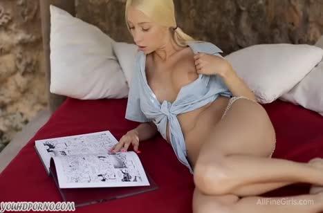 Милая русская блонди с большой грудью любит мастурбировать