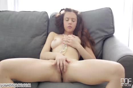 Хрупкая девушка очень ласково теребит вагинку