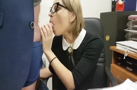 Русская коллега в офисе с легкостью сделала минетик