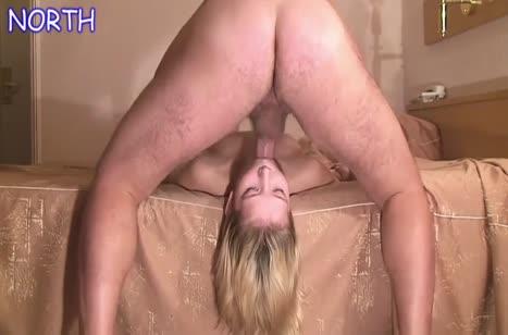 Русская блондинка на коленках делает минет другу