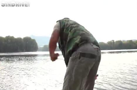 Игривая русская шлюшка соблазняет на порно рыбака