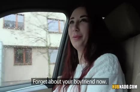 Чувак проводит рыженькой незнакомке порно кастинг