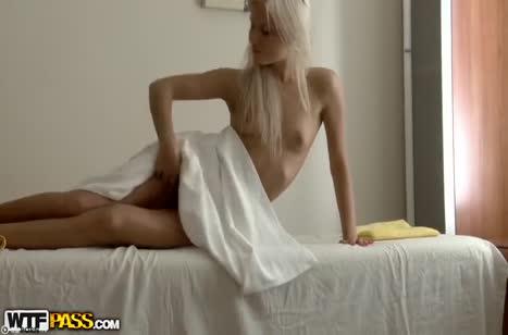 Блондинку с классной жопой массажист развел на секс