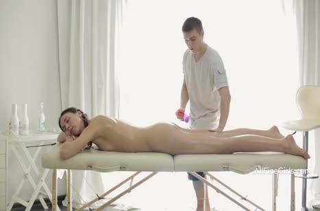 Молодой массажист возбудился от русской пациентки