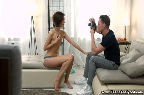 Молодая русская брюнетка красиво трахается с фотографом