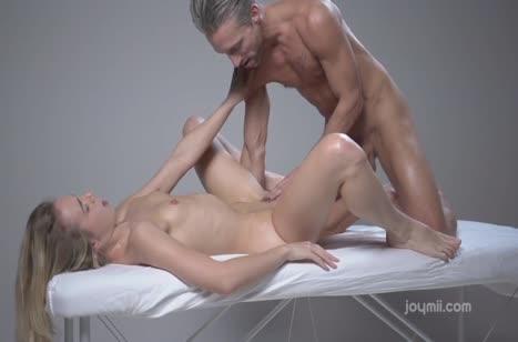 Русская чика возбудилась на секс от ласк массажиста