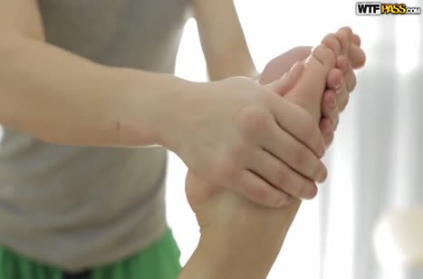 Русская брюнетка возбудилась от опытных рук массажиста