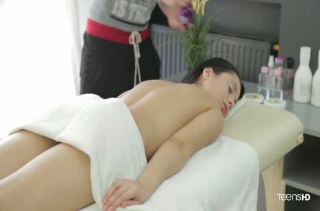 Молодая брюнетка красиво принимает член массажиста