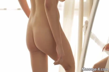 Красивая брюнетка ласково кувыркается с пареньком