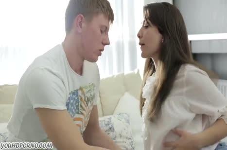 Милашка очень романтично обращается с членом