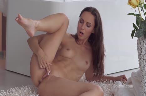 Жопастая русская чика классно мастурбирует киску