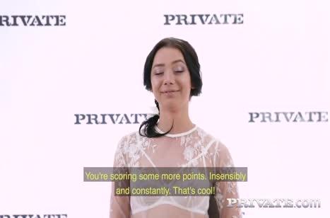 Красивая русская брюнетка проходит порно собеседование