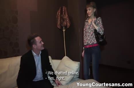 Чика приехала на свидание в сексуальных чулках