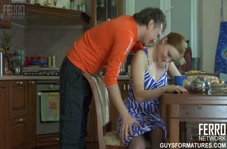 Любовник трахает русскую бабенку в чулках на столе