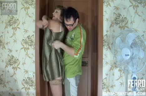 Зрелая русская бабенка охает от прыткого любовника